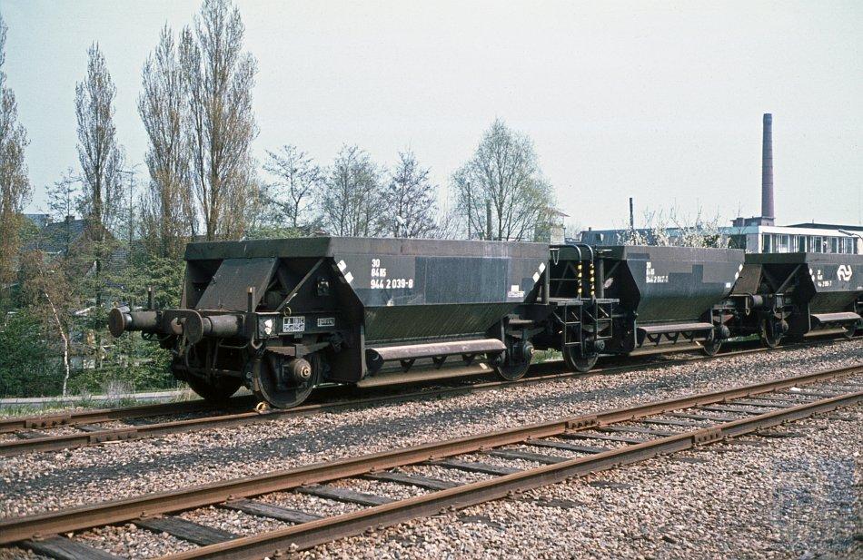 Twee kortgekoppelde zelflossers met als nummer NS 30 84 944 2 039-8 op een onbekende locatie in Nederland. Foto: H.H. Luijendijk/collectie: Stichting NVBS Railverzamelingen.