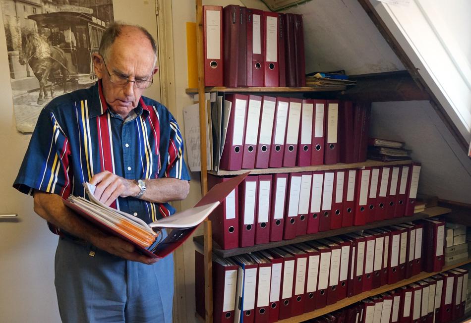Pim van der Kuijlen zoekt iets op in zijn uitgebreide archief.