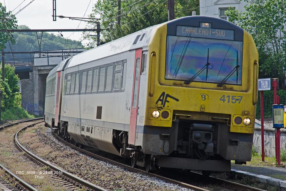 Thuin is vanuit Nederland goed bereikbaar. Op de foto dieseltreinstel 4157 van de Belgische spoorwegen te Thuin op weg naar Charleroi op 24 mei 2016. Foto: Frits van Buren.
