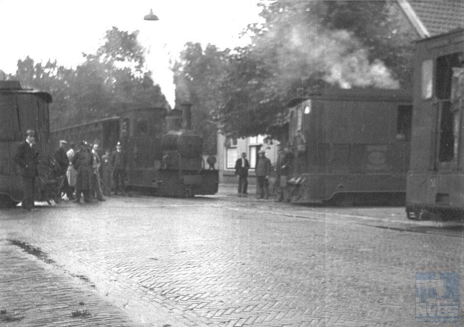 Het kruispunt van de EDS-stoomtramlijnen Assen - Coevorden en Hoogeveen - Ter Apel was een belangrijk knooppunt. Hier staan trams naar alle vier richtingen bij het kruispunt. Er lagen twee stukjes dubbel spoor en er was een verbindingsboog, zodat de trams elkaar konden passeren en er ook wagens konden worden uitgewisseld. De helaas niet scherpe, maar wel bijzondere foto, genomen op 21 augustus 1941, is geënsceneerd tijdens een NVBS-excursie, want twee locomotieven moeten een stukje terugzetten om te kunnen kruisen met de tegenligger. Foto: Bart Boomsma.