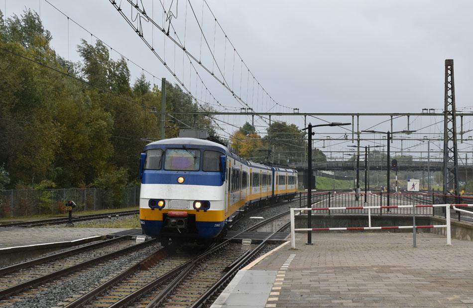 Een alledaags plaatje van NS-treinstel 2962 op 19 oktober 2016 als Sprinter onderweg van Heerlen naar Sittard. Foto: Roelof Hamoen.