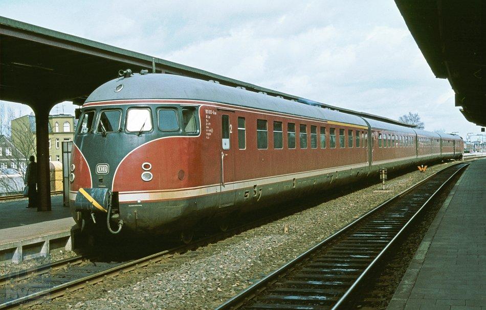 Een vierdelig dieseltreinstel Baureihe 613 (voorheen VT 12.6) met vooraan stuurstandrijtuig 913 613 in Neumünster op 22 april 1979. Foto H.H. Luijendijk, collectie NVBS-Railverzamelingen.