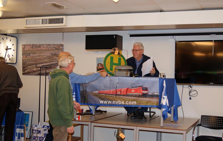 Veilingmeester Karel Hoorn in actie tijdens de NVBS-veiling, waarop bijzondere memorabilia onder de hamer kwamen. Met een slag op de bel van de tram werd het bod uit de zaal tot koop vastgelegd. Foto: Leo Zilverentant.
