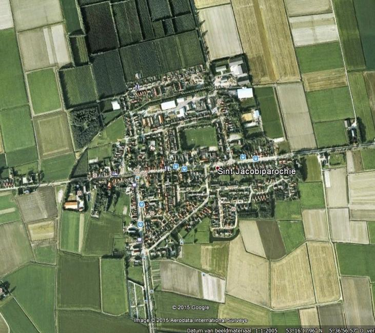 """Waar liep de spoorlijn in het Noord-Friese Sint-Jacobiparochie? Deze Google-kaart laat dat duidelijk zien (de boog links boven die de weg kruist). Door het programma """"Spoorlijnen in Nederland"""" te gebruiken wordt duidelijk dat die boog inderdaad de opgebroken lokaalspoorweg is."""
