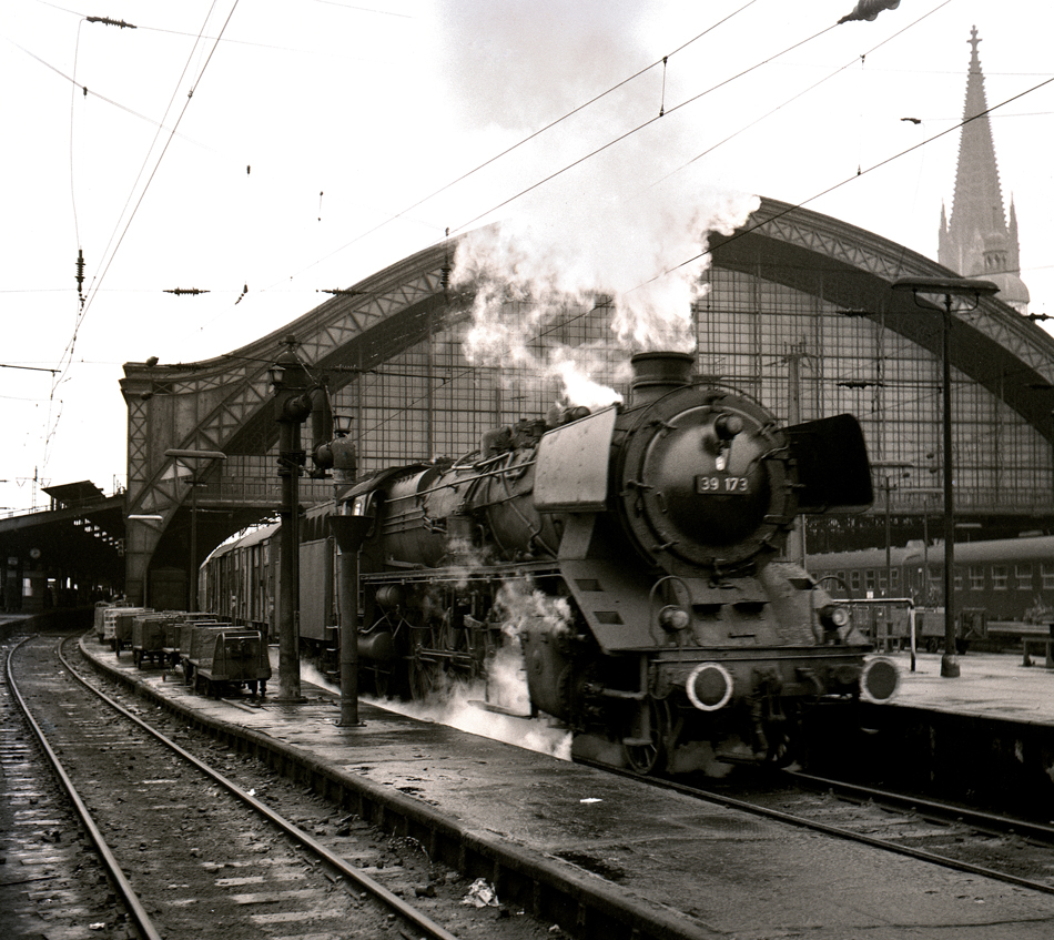 Tijdens een van zijn eerste bezoeken aan Keulen – in november 1963 – kreeg Sjoerd Bekhof de naar Euskirchen vertrekkende stoptrein voor de lens. Het was in de nadagen van de ex-Pruisische P10 (39 173) op de lijn door de Eifel. Foto: Sjoerd Bekhof.