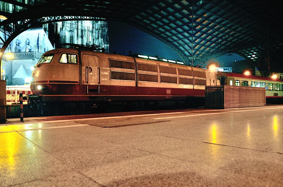 Eveneens in november, maar dan in 2014, wederom een locomotief in zijn laatste dagen. 103 113 vertrek met EC 118 naar Münster. Foto: Sjoerd Bekhof.