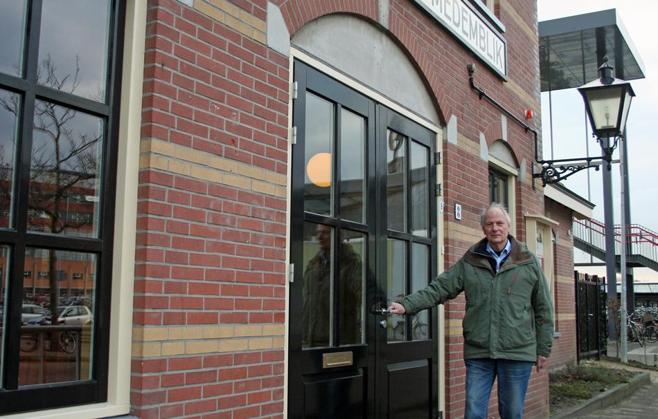 NVBS-afdelingsvoorzitter Jan Noorlander van Noord-Holland Noord bij de entree van het stationsgebouw van de SHM. Foto: Oege Kleijne.