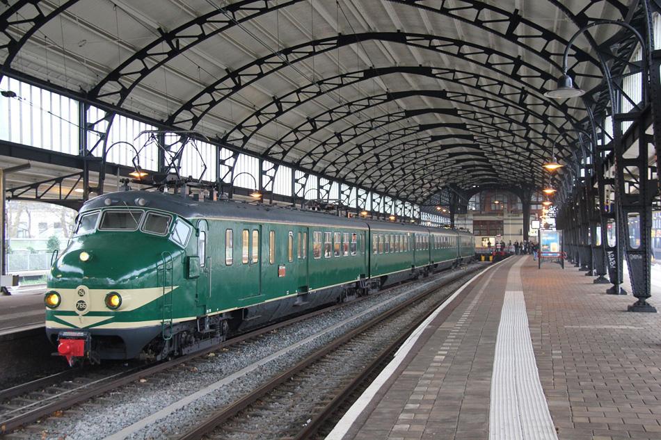 Hetzelfde treinstel staat voor vertrek gereed te Haarlem op 17 december 2016. Foto: Erwin Voorhaar.