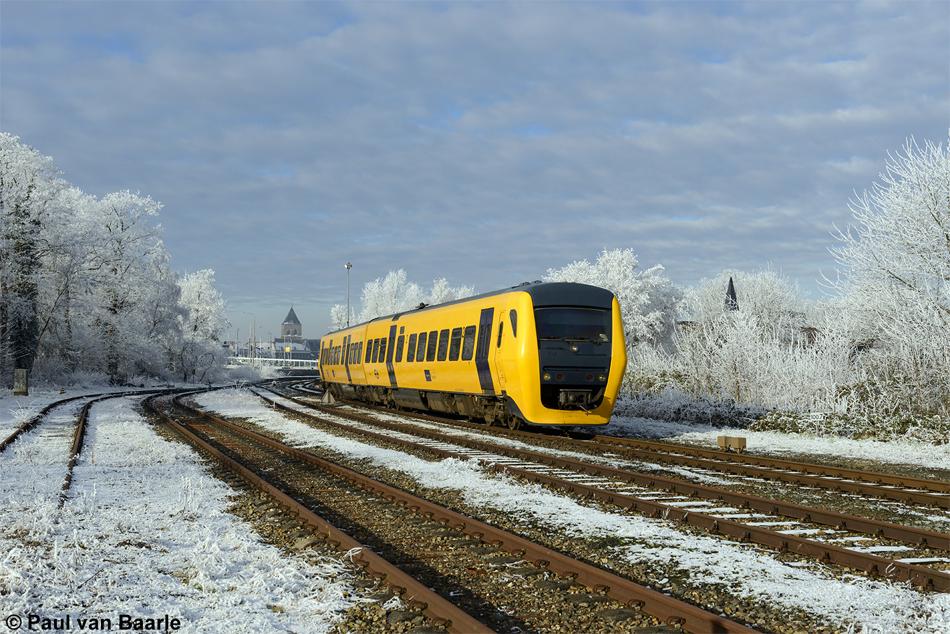 Echte winters en klassieke spoorwegemplacementen worden steeds schaarser, maar op 19 januari 2017 konden beide nog beleefd worden bij vertrek van Buffel (DM '90) 3429 uit Kampen. Foto: Paul van Baarle.