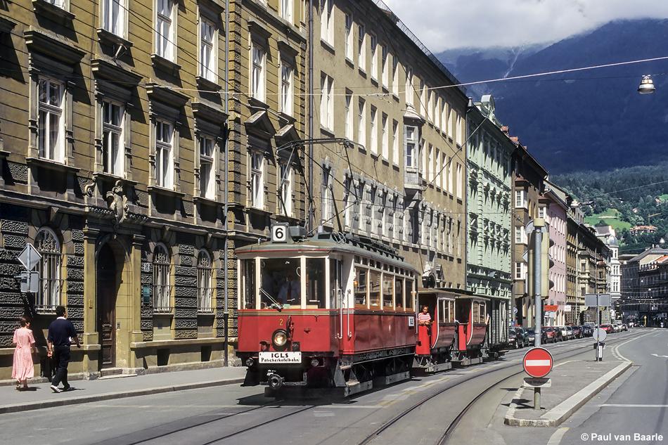 Regelmatig komen de museumtrams in Innsbruck op de baan. De interlokale motorwagen 2 werd gebouwd in 1909 en trekt hier onder andere twee voormalige stoomtramrijtuigen als lijn 6 door de Bürgerstrasse, 3 augustus 1997. Foto: Paul van Baarle.