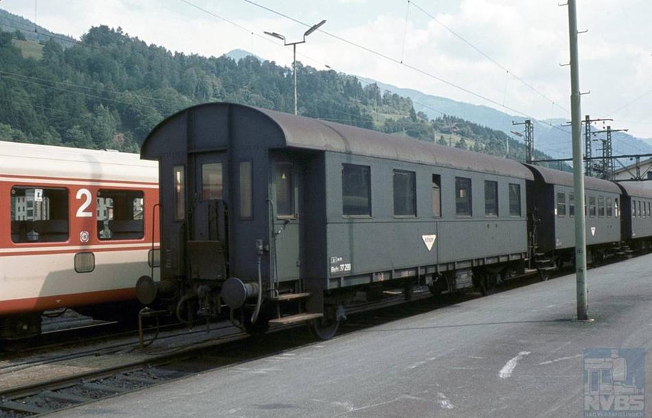 Op hetzelfde onbekende station staat het geklonken stalen tweeassige personenrijtuig 37 299 van de ÖBB, dat deel uitmaakt van een binnenlandse reizigerstrein. Dit rijtuig is voor 1940 voor de Deutsche Reichsbahn Gesellschaft (DRG) https://de.wikipedia.org/wiki/Deutsche_Reichsbahn_(1920%E2%80%931945) gebouwd en is na 1945 achtergebleven in Oostenrijk.