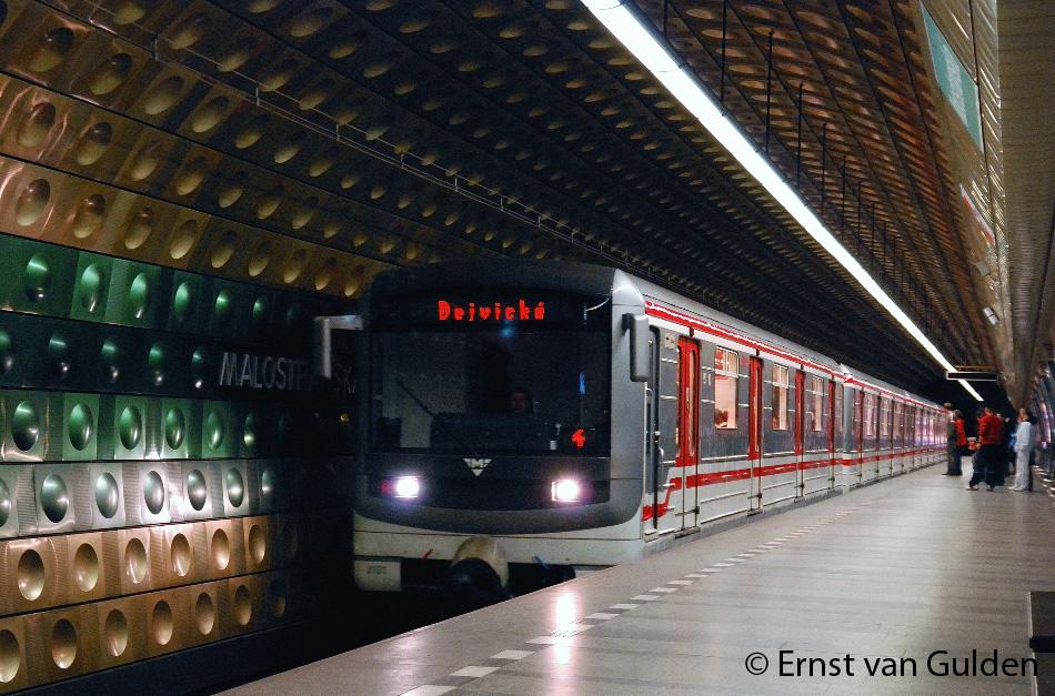 <i>Een metrostel, met als eerste wagen 3101, van het type 81-71M nadert de halte Malostranská op 24 april 2008. De wandbekleding met bollende tegels is henmerkend voor de eerste metrolijnen. Foto: Ernst van Gulden.</i>