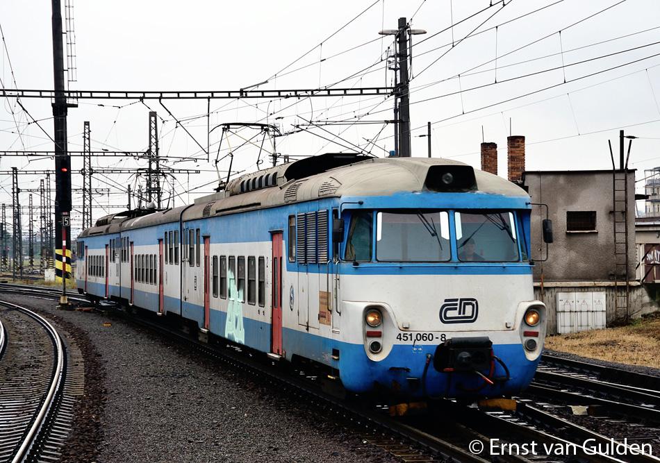 De karakteristieke reeks 451/452 rijdt zijn laatste rondjes als driedelig treinstel op de S41 (Praha-Libeň - Roztoky u Prahy). Hier komt een treinstel aan in Praha-Libeň op 18 augustus 2015. Foto: Ernst van Gulden