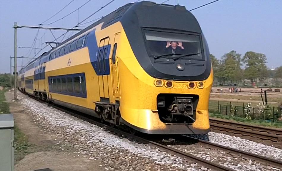 """Dolf doet """"de Dolf"""", zijn speciale begroeting aan fotografen en filmers langs de baan. Hier bij Vechten, tussen Utrecht en Bunnik, in april 2011. Beeld uit een filmpje van Nico Spilt."""