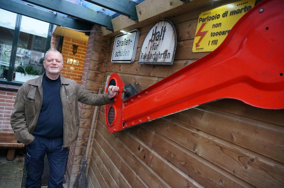 Dolf Dijkstra werkt al meer dan een kwart eeuw bij het spoor. Hij heeft de armseinen nog meegemaakt. Foto: Nico Spilt.