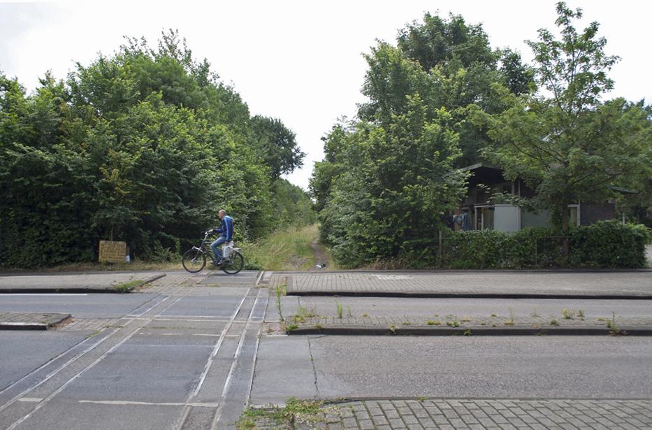 Hetzelfde haltegebouw (rechts) ruim dertig jaar later. Foto: Oege Kleijne.