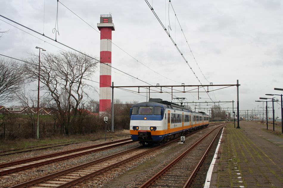 Aan de vertrouwde aanblik van Sprinters in Hoek van Holland komt op 31 maart 2017 een einde. Diverse ritten met historisch materieel staan voor zondag 26 maart op het programma. Sprinter 2969 komt binnen te Hoek van Holland Haven op 1 maart 2017. Foto: Oege Kleijne.