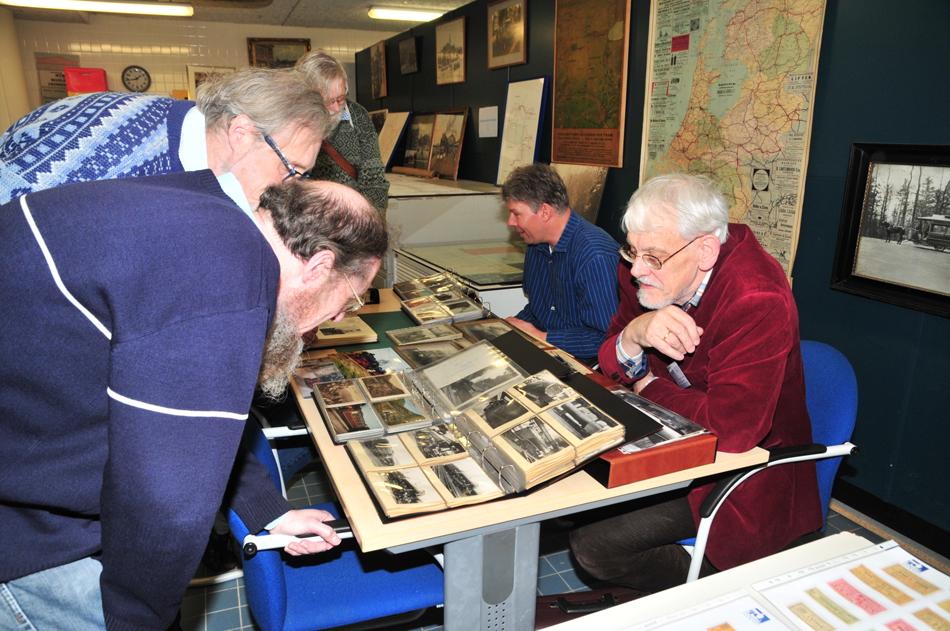 Voor de bezoekers aan de eerste open dag van NVBS-Railverzameling namen de archiefbeheerders alle tijd om te laten zien welke bijzondere foto's, tekeningen en documenten er zoal in de archieven zitten. Foto: Sjoerd Bekhof.