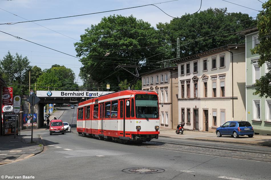 Motorwagen 311 rijdt als enige tram nog altijd in de oorspronkelijke rood-witte beschildering en poseert hier bij de halte Betriebshof Witten op 4 juni 2011. Foto: Paul van Baarle.