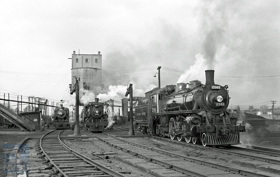 Een schitterende line-up in een depot ergens in Canada. Wie weet welk depot dit is en wanneer deze foto – bij benadering – is genomen? Foto: J.J. Overwater, collectie NVBS-Railverzamelingen.