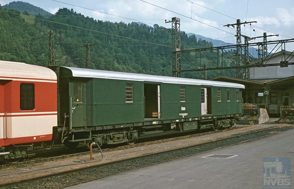 Bagagerijtuig 51 81 95-40 323-4 van de ÖBB, als laatste rijtuig van een binnenlandse trein tegen een stootjuk van een Oostenrijks station. Dit van oorsprong Duitse rijtuig is in 1945, na beëindiging van de Tweede Wereldoorlog, in Oostenrijk achtergebleven en in latere jaren gemoderniseerd.
