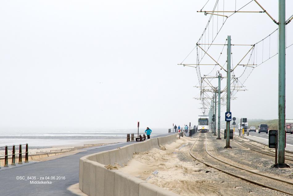 Een tram vlak bij Middelkerke op weg naar de Panne. De vrije trambaan ligt hier tussen het strand en de doorgaande kustweg N34. Zowel het tram- als het overige wegverkeer heeft na stormen veel last van opgewaaid zand, dat ook op deze foto enigszins zichtbaar is. Foto: Frits van Buren.