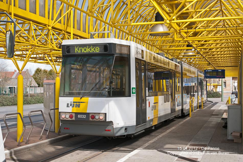 Een tram van de Kusttram staat op 15 april 2012 gereed in de halte van De Panne. Foto: Frits van Buren.
