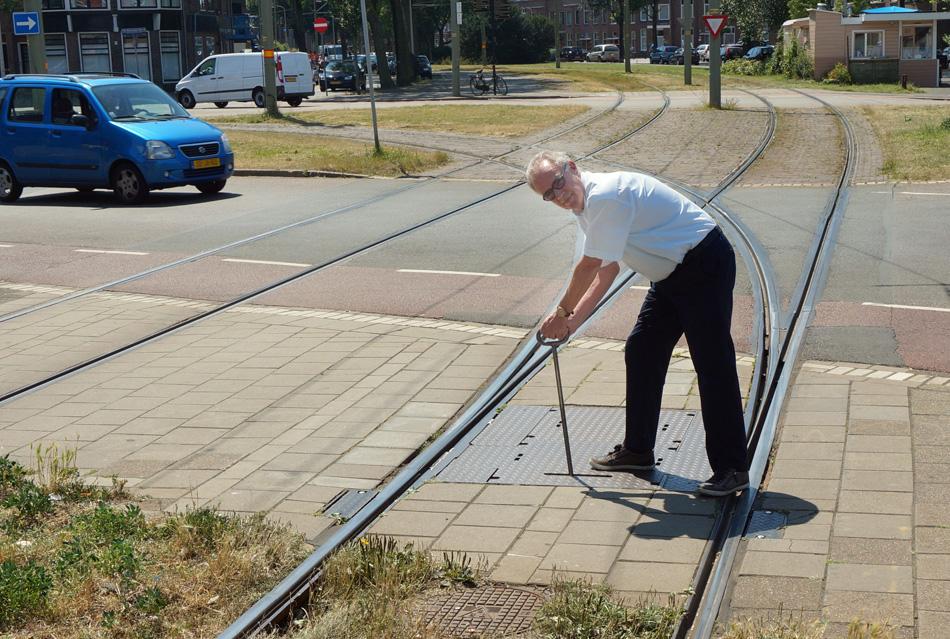 """Wissels worden normaal automatisch goed gelegd wanneer de tram nadert. Maar soms hapert er wat en moet de bestuurder uitstappen om het wissel met de hand te """"krukken""""."""