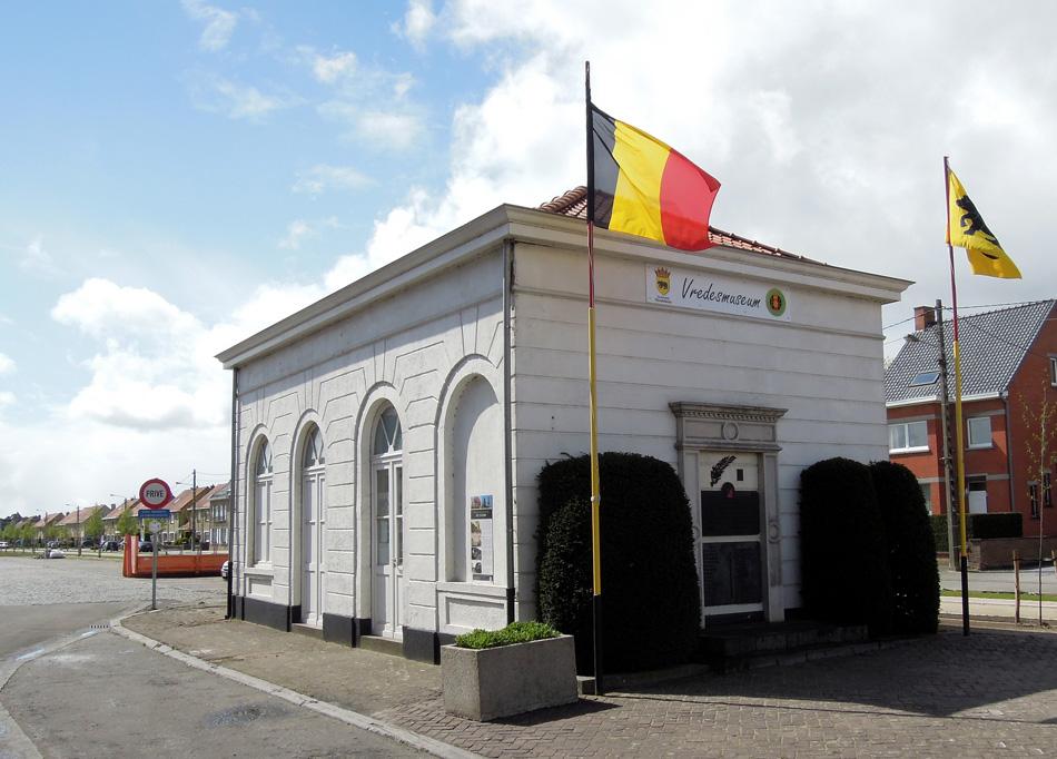 Het stationsgebouw van Meulebeke (ten westen van Gent) heeft in beide wereldoorlogen in de frontlinie gelegen. Toch staat het er nog. Het is verbouwd tot Vredesmuseum met aan een zijgevel de namen van de gevallenen. Foto: Roelof Hamoen, april 2016.