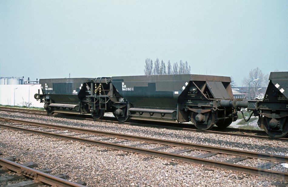 Twee andere zelflossers van hetzelfde type met als nummer 30 84 944 2 047-1, vermoedelijk op dezelfde onbekende locatie. Foto: H.H. Luijendijk/collectie: Stichting NVBS Railverzamelingen.