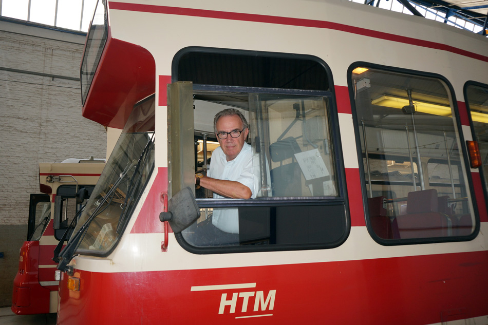 Edvard Niessing op de bok van GTL 3014. De tram is klaar voor vertrek.