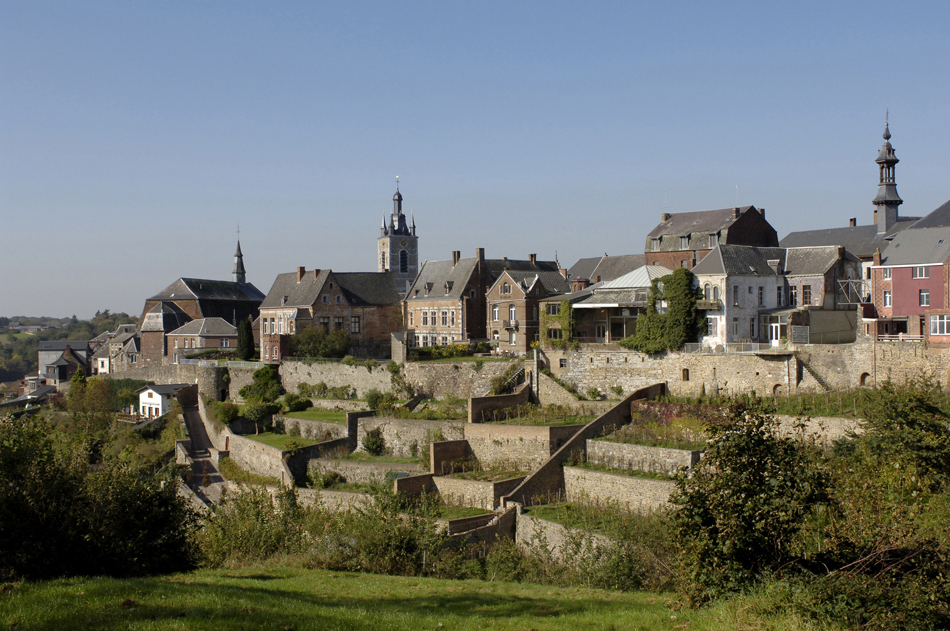 Het schitterend gelegen Thuin met zijn terrastuinen. Foto: Wallonie Bruxelles Tourisme, J.L. Flemal.