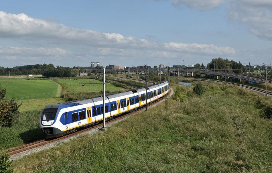 Ook na 10 december niet meer gepland: doorgaande spitstreinen tussen Gouda en Leiden via Alphen aan den Rijn. In de nieuwe dienstregeling moeten reizigers altijd overstappen in Alphen aan den Rijn. Op de foto treinstel SLT 2637 ter hoogte van de A20 bij Moordrecht op 4 oktober 2016. Foto: Roelof Hamoen.