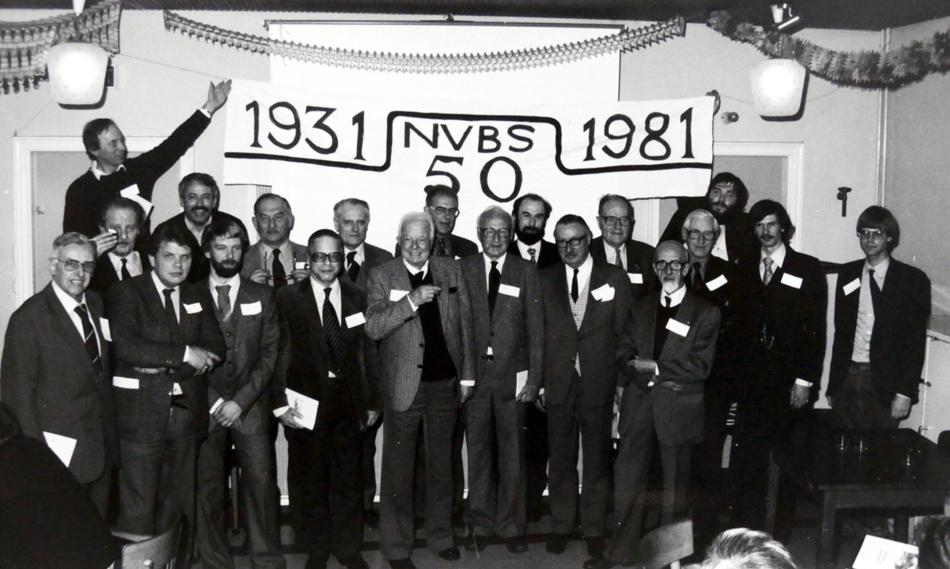 Bestuursleden van de NVBS-afdeling Den Haag in 1981. Van links naar rechts: F. Menagé Challa, P. Lammens (houdt spandoek vast), Th. Smildiger, J.C. de Wilde, F.J.J.M. Timmermans, G.J. Brinkel, N.J. Klaasse, G.W.A. Zuurendonk, N. Zeevenhoven, W.H.L. Voorendonk, J.A. Bonthuis, F.C. Wieder jr., J.A. Klomp, A.C. Gebhart, J.H. Broers, J.J.B. Vellekoop, C.M.J. Ooievaar, H.R. Binkhorst, J. Kres en P.E. (Paul) Muré.