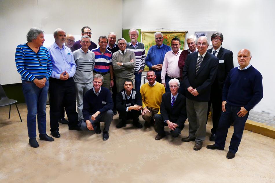Bestuursleden uit een recenter verleden van de NVBS-afdeling Den Haag (staand van links naar rechts): RobBrood, PaulKoster, HansKlomp, SiegerdeBoer, FennoFierens, René Lipman, HansvanLith, GerHaaswinders, ErikHerbschleb, KarelHoorn, ErikBodaan, AatdePruis, HanVader, KeesBal en HansHaije. Zittend: PaulMuré, RaymondNaber, JohanKres en FredHofman. Foto: PaulMuré.