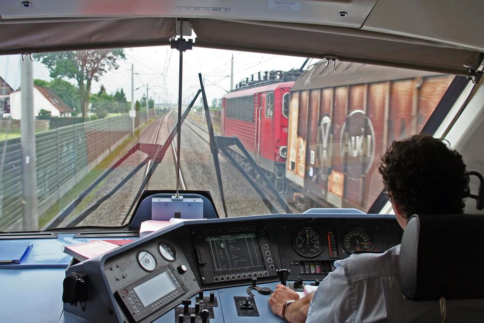 Voor sommigen is er niets leuker dan meekijken met de machinist of trambestuurder. Op de foto een blik vanuit de cabine van een stuurstandrijtuig op een rit van Berlijn naar Hannover ter hoogte van Stendal, waarbij de geduwde Intercity met ruim 200 km/h op de meter een goederentrein (rechts) inhaalt. Foto: Oege Kleijne.