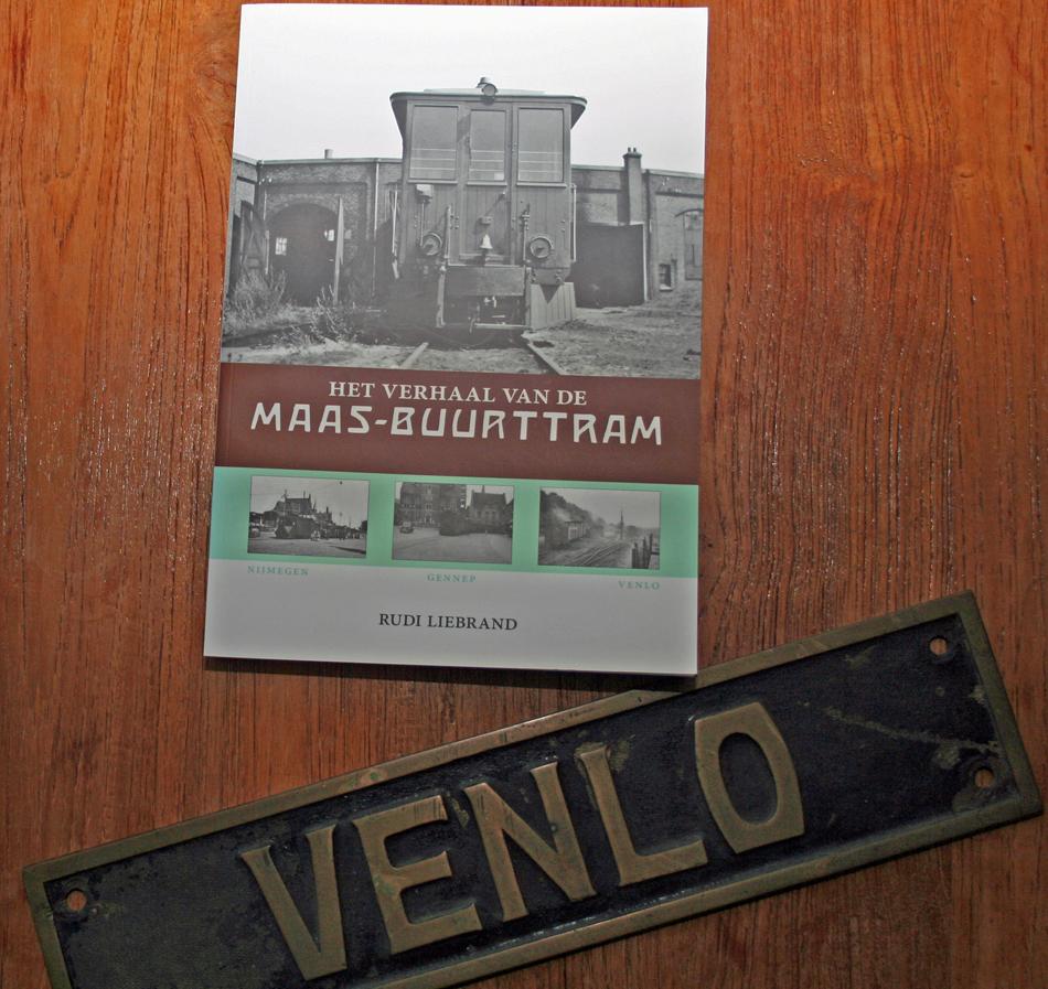 Het standaardwerk over de Maas-Buurtspoorweg en een herinnering die Rudi Liebrand koestert: de naamplaat van stoomlocomotief Venlo met het nummer 45. Foto: Oege Kleijne.
