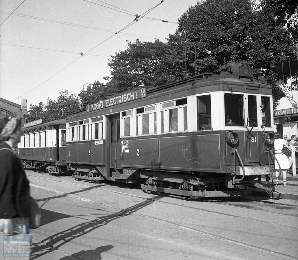 In 1930 verhuisde Hans de Herder naar Driebergen en raakte onder de indruk van de trams van Zeist naar Arnhem. Een foto van later datum – genomen op 10 juli 1946 – van zo'n tram naar Doorn, bestaande uit motorrijtuig 81 en aanhangrijtuig 35 bij de remise in Zeist. Foto: J.A. Bonthuis, collectie: NVBS-Railverzamelingen.