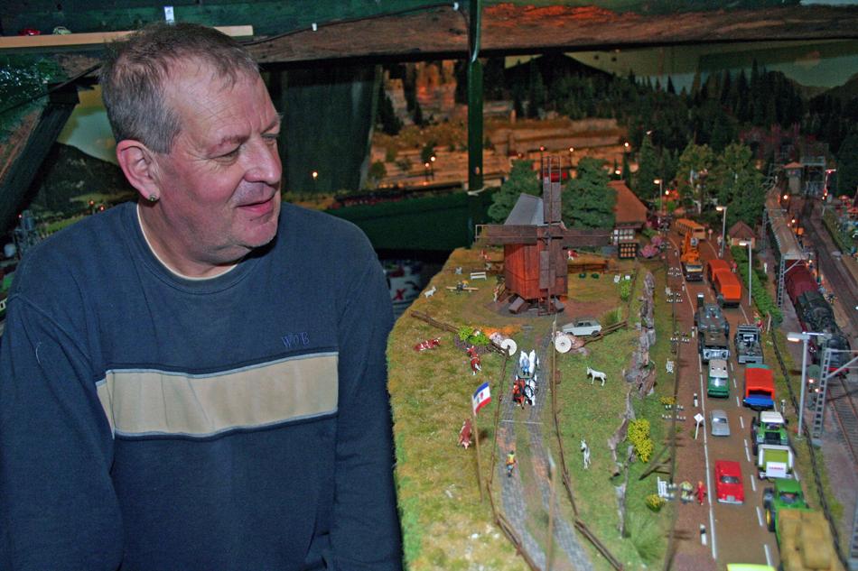 Secretaris Jan Beers in de Groote Molen, waarin hij een grote modelbaan met molen (rechts) heeft gebouwd. Foto: Oege Kleijne.