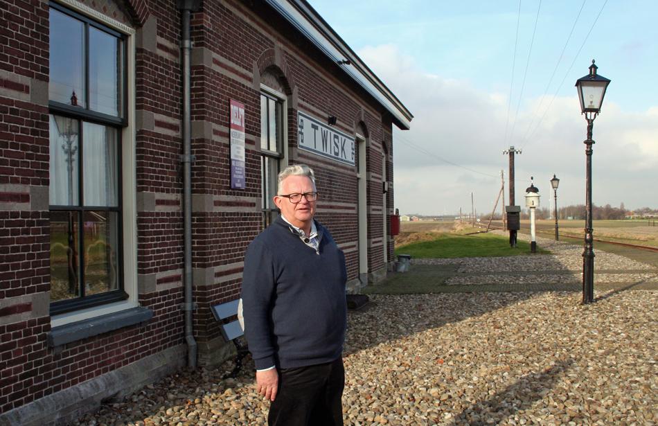 Jan de Jong voor zijn woning, het stationsgebouw van Twisk, dat schitterend in oude staat is teruggebracht en waar zelfs de oude telegraafleiding naar Medemblik weer in gebruik genomen is. Foto: Oege Kleijne.