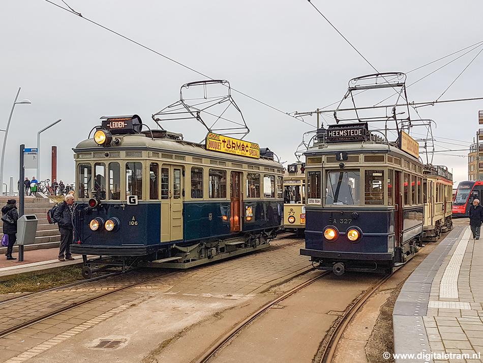 Een fotoverslag van de nieuwjaarsbijeenkomst van de Tramweg-Stichting in Den Haag (28 januari 2017) ontbreekt uiteraard niet. Aan het eindpunt van tramlijn 11 te Scheveningen Haven stonden de twee blauwe NZH-trams naast elkaar. Foto: Kees Pronk.