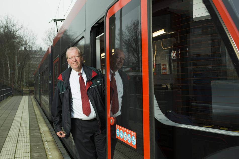 """Kees Pronk, eigenaar van de website De Digitale Tram, poseert voor een Haagse tram. Deze foto is ook gebruikt ter illustratie van een artikel over Kees in """"De Telegraaf"""" van 24 december 2016. Foto: Serge Lichtenberg."""