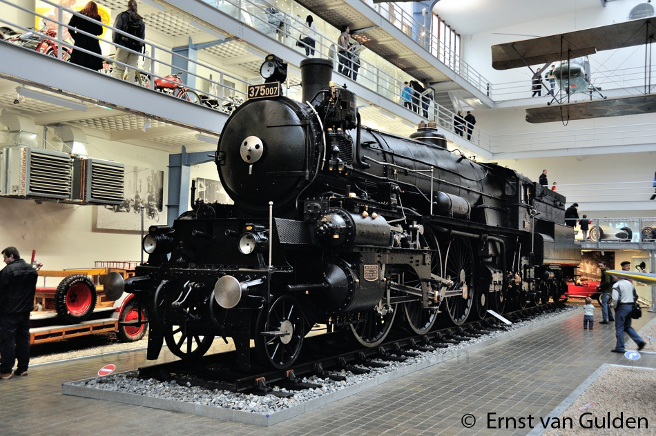 <i>Stoomlocomotief 375.007 in het Nationaal technisch Museum op 17 februari 2011. Foto: Ernst van Gulden.</i>