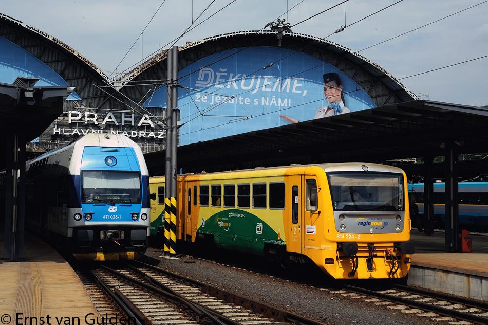 """<i>Modern voorstadsmaterieel op het Praagse Hoofdstation op 11 juni 2012. Links """"CityElefant""""-dubbeldekstreinstel 471.028-1 naar Beroun (S7) en rechts rangeert """"Regionova""""-dieseltreinstel 814.223-4+014.012-9+814.224-2 voor de S80. Helemaal rechts is nog een """"Pendolino""""-treinstel te zien. Foto: Ernst van Gulden, 11 juni 2012.</i>"""