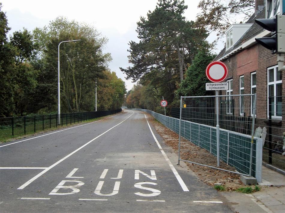 De vroegere overweg Groeneweg vanaf ongeveer dezelfde standplaats als de foto hierboven, ruim twee jaar later. De busbaan gezien in de richting van Velsen Zeeweg.  Foto: Hans Brouwer.