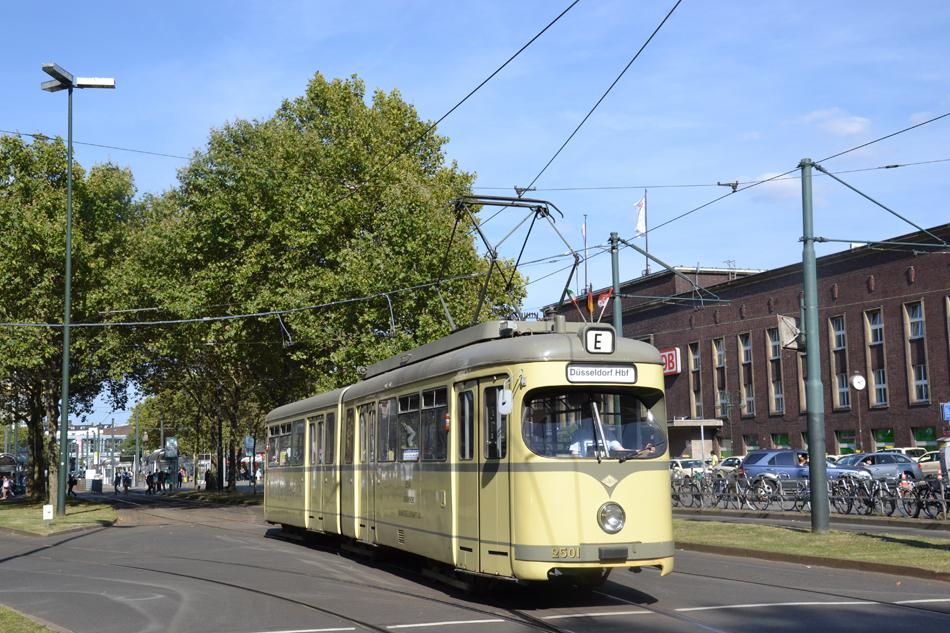 De excursietram: de zesassige Düwag GT6 tram nr. 2501 uit 1956, hier gefotografeerd op 9 september 2012 bij het Hauptbahnhof van Düsseldorf. Foto: Hans Männel, Linie D, Düsseldorf.