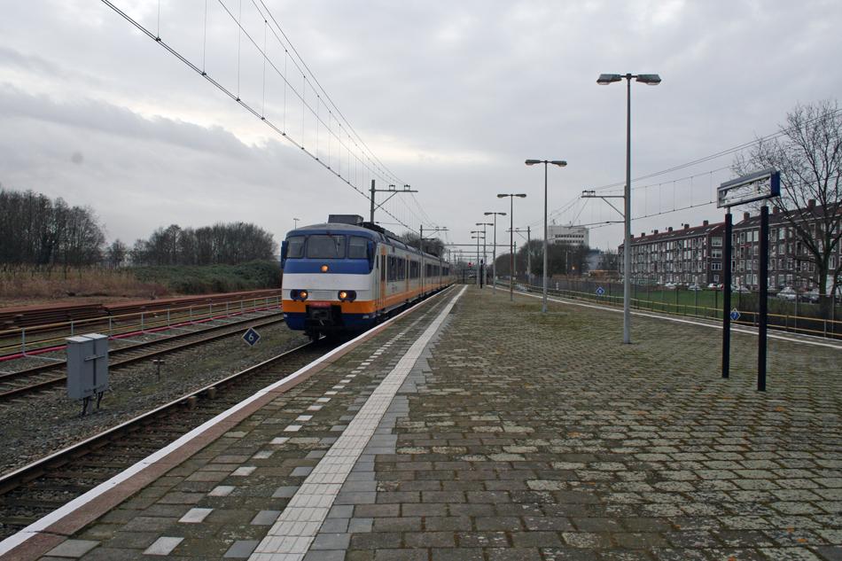 De laatste week van maart kunnen liefhebbers nog per trein naar Hoek van Holland reizen. Tijdens die rit valt op dat op tal van plekken al voorbereidingen gaande zijn voor de ombouw van deze spoorlijn tot metroverbinding. Zo liggen links de nieuwe rails al klaar in Vlaardingen Centrum. Treinstel 2969 is op 1 maart 2017 als sprinter op weg naar Rotterdam Centraal. Foto: Oege Kleijne.