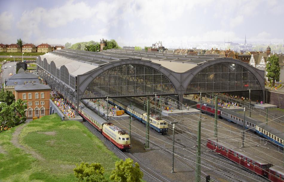 Na de treinrit naar Essen staat een bezoek aan de grote modelbaan OKtoRail op het programma. Naast emplacementen en stations (foto onder) zijn ook spooraansluitingen (foto boven) te zien. Foto's: Frank Zarges OKtoRail.