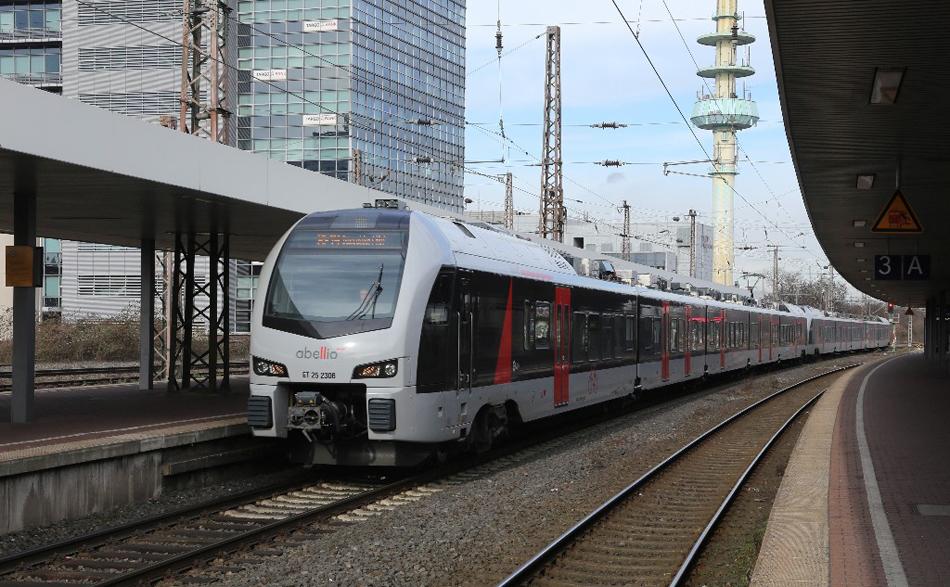 De jaarlijkse excursie van de NVBS-afdeling Twente maakt dit jaar onder meer gebruik van de Abellio Flirt 3-treinstellen uit de normale dienst voor de reis naar het Ruhrgebied. Met ingang van 6 april 2017 onderhoudt Abellio met dit type treinstellen de nieuwe stoptreinverbinding Arnhem - Zevenaar - Emmerich - Wesel - Oberhausen - Duisburg - Düsseldorf. Op de foto: ET 25 2306 + 2304 te Duisburg Hbf op 16-2-2017. Foto: Ronald Boers.