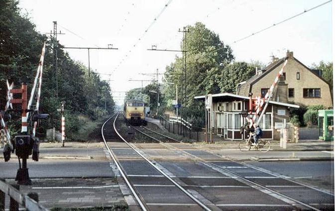 Het station Velsen-Zeeweg gezien in de richting van Santpoort op 30 juli 1983 met treinstel 873. Het stationsgebouwtje is nog het enige van dat type van architect W. Kloos in Nederland. Bovendien is dit het enige overgebleven stationsgebouwtje aan de IJmuider lijn. Foto: Roelof Hamoen.